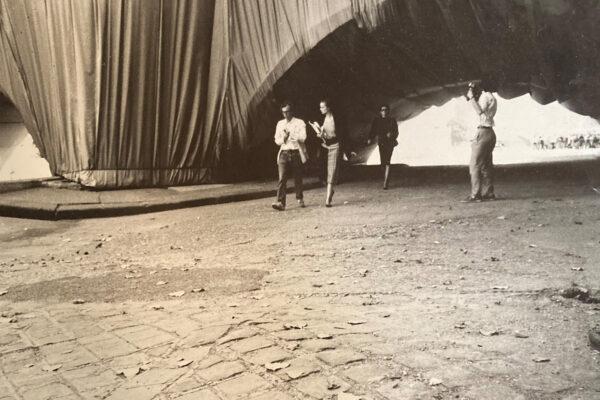 Christo sous le Pont-Neuf en 1985, suivi de Laure Martin-Poulet. Credit : Rob La Frenais