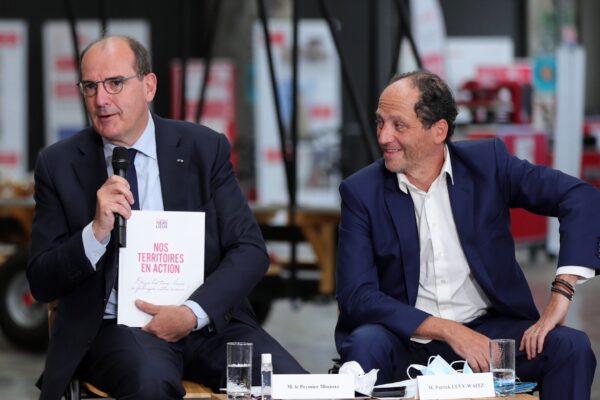 Le Premier ministre Jean Castex et le président de l'Association France tiers-lieux Patrick Levy-Waitz lors de la remise du rapport, vendredi 27 août. © Alexandra Lebon